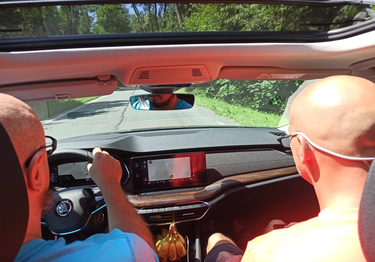 Za volantem vychovatel Mates a na místě spolujezdce kapitán B týmu Pavel Richtr.