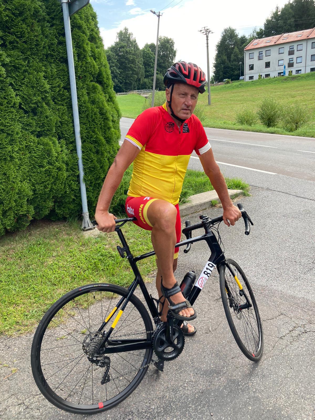 Pepa Zimovčák a jeho typická cyklistická obuv, sandály.