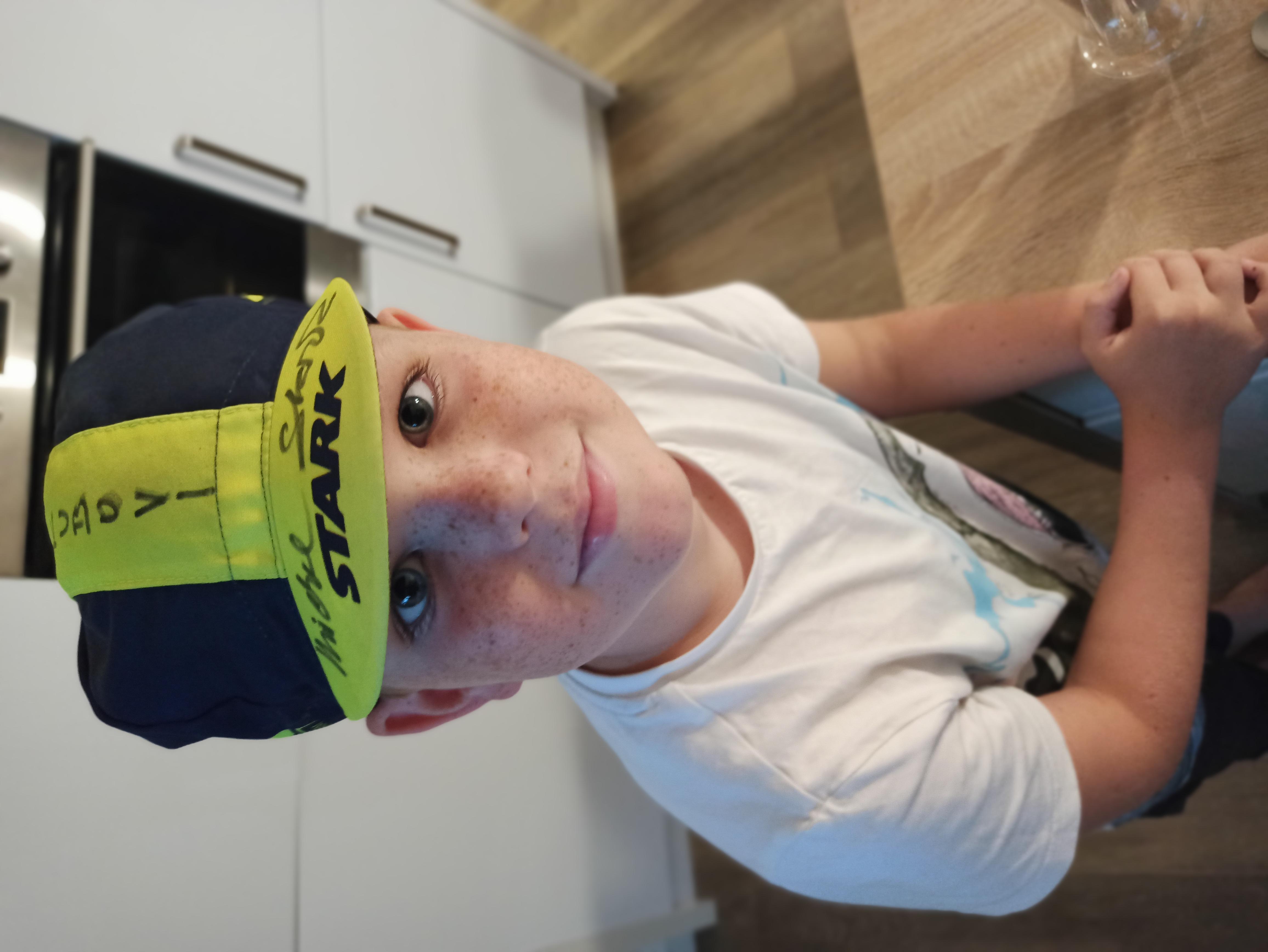 Syn Kuba s čepkou a podpisem Michala Starka, který je v jeho očích Ironman.