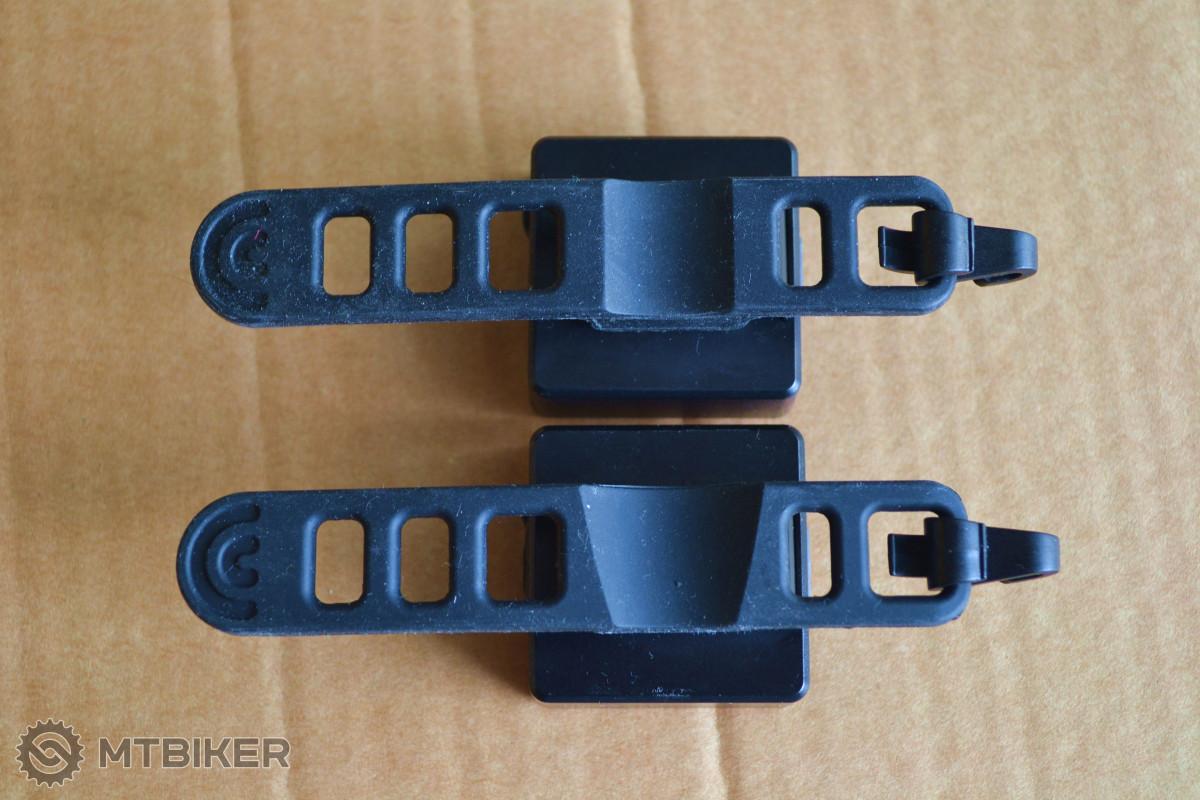 Gumové držáky přední a zadní blikačky jsou lehce odlišné - zadní má klínový průřez.
