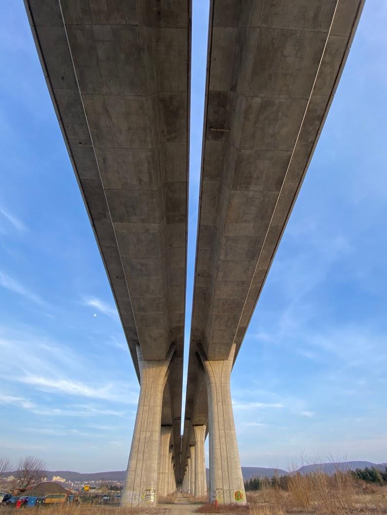Lahovický most cyklistům přístupný není, pokochat se jím můžeme alespoň zespodu.