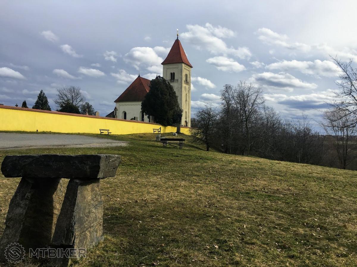 Osamocený kostelík se hřbitovem, který zbyl ze zaniklé obce Krteň.