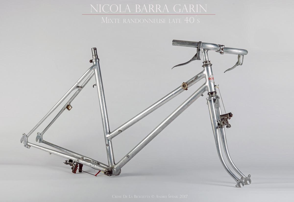 Nicola Barra pre predajcu Garin. Vysoko cenený a zberateľmi vyhľadávaný rámar z Francúzska. Randonér Mixte z polovice 40. rokov v pôvodnom stave. Ručné zváraný hliníkový rám (Barralumin) za použitia oxy-acetylénového plameňa. Dodnes neprekonaná estetika a nadčasovosť vyrobená v pár sto kusovej sérii. Rolls Royce medzi cestnými bicyklami svojej éry.