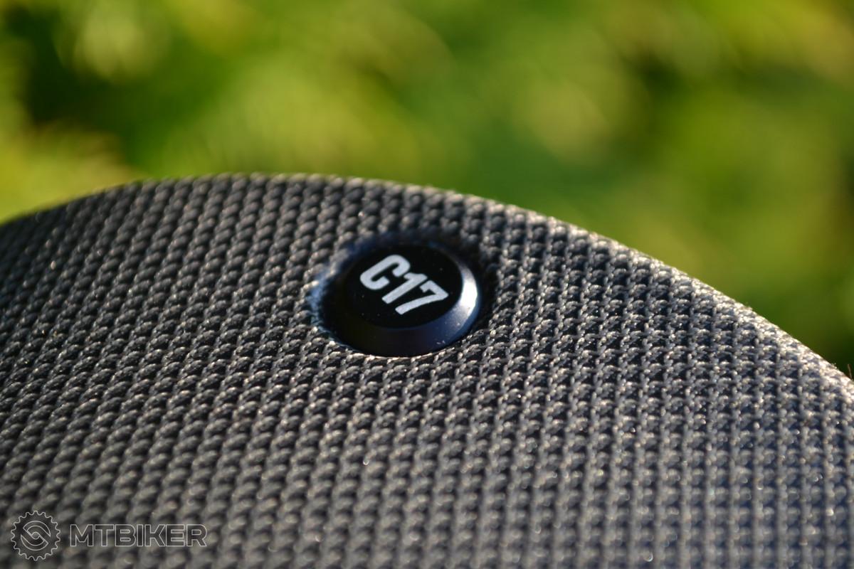 Povrch sedla tvoří nylonová tkanina zalisovaná přímo v kaučukovém podkladu.