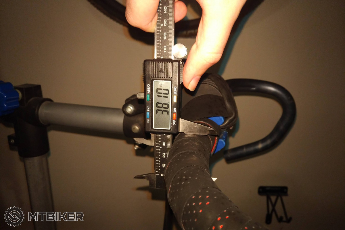 Vertikální rozměr řidítek s tlumící podložkou pod omotávkou naroste zhruba o 8 mm.