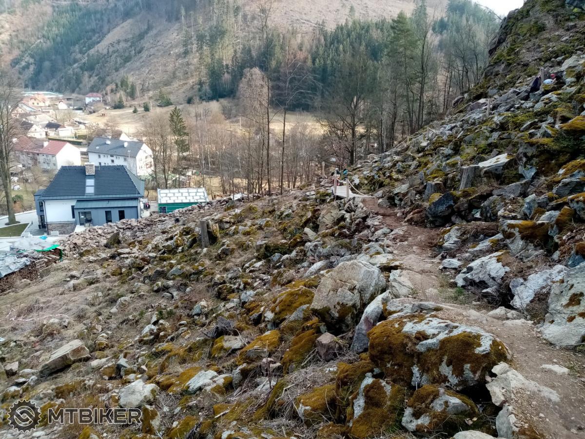 Pohled na lovecký chodník směřující k restauraci Forest Resort a základně Adrex Base Camp