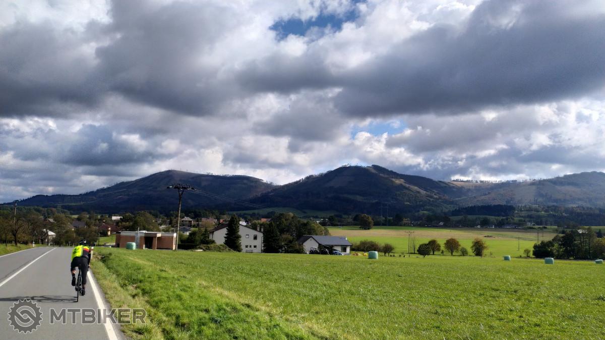 Výhled z Kozlovic na Beskydské vrcholy v obklopení mraků