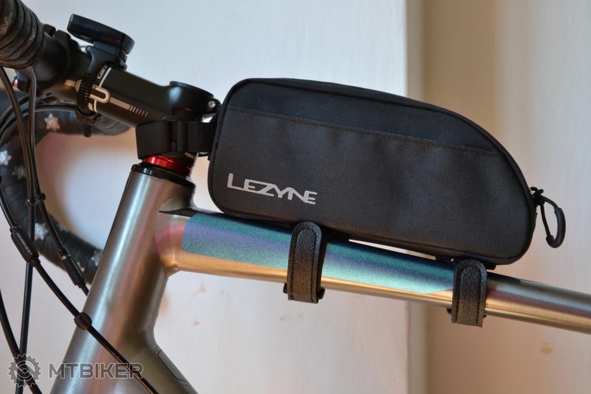 Lezyne Energy Caddy XL - skvěle řešené uchycení kolem rámové trubky pomocí masivních suchých zipů se zpětným okem.