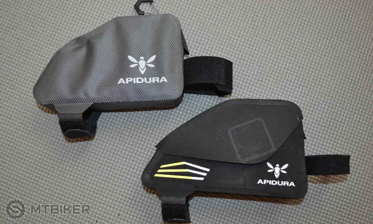 Apidura Expedition Top Tube Pack a Racing Top Tube Pack - podobná velikost, ale dva různé přístupy do vnitřního prostoru.