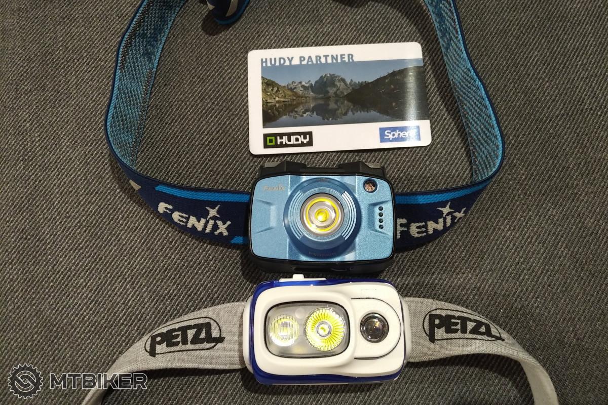 Srovnání velikosti Petzl Swift RL a Fenix HL32R, kartička formátu kreditní karty slouží pro lepší představu o velikosti.