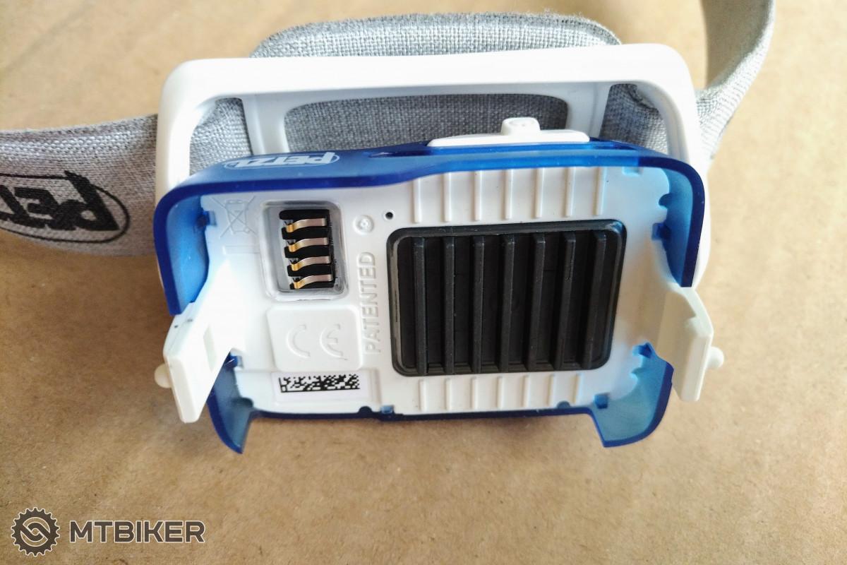 Pohled na plastový chladič LED po sejmutí akumulátoru