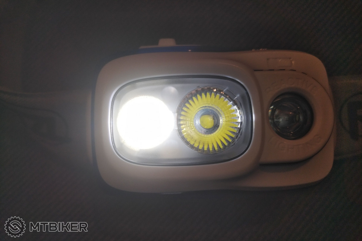 Při pohledu na čelovku se zapnutou funkcí Reactive Lighting uvidíte svítící pouze LED se širokým kuželem. V provozu je pak jas obou LED dynamicky měněn.