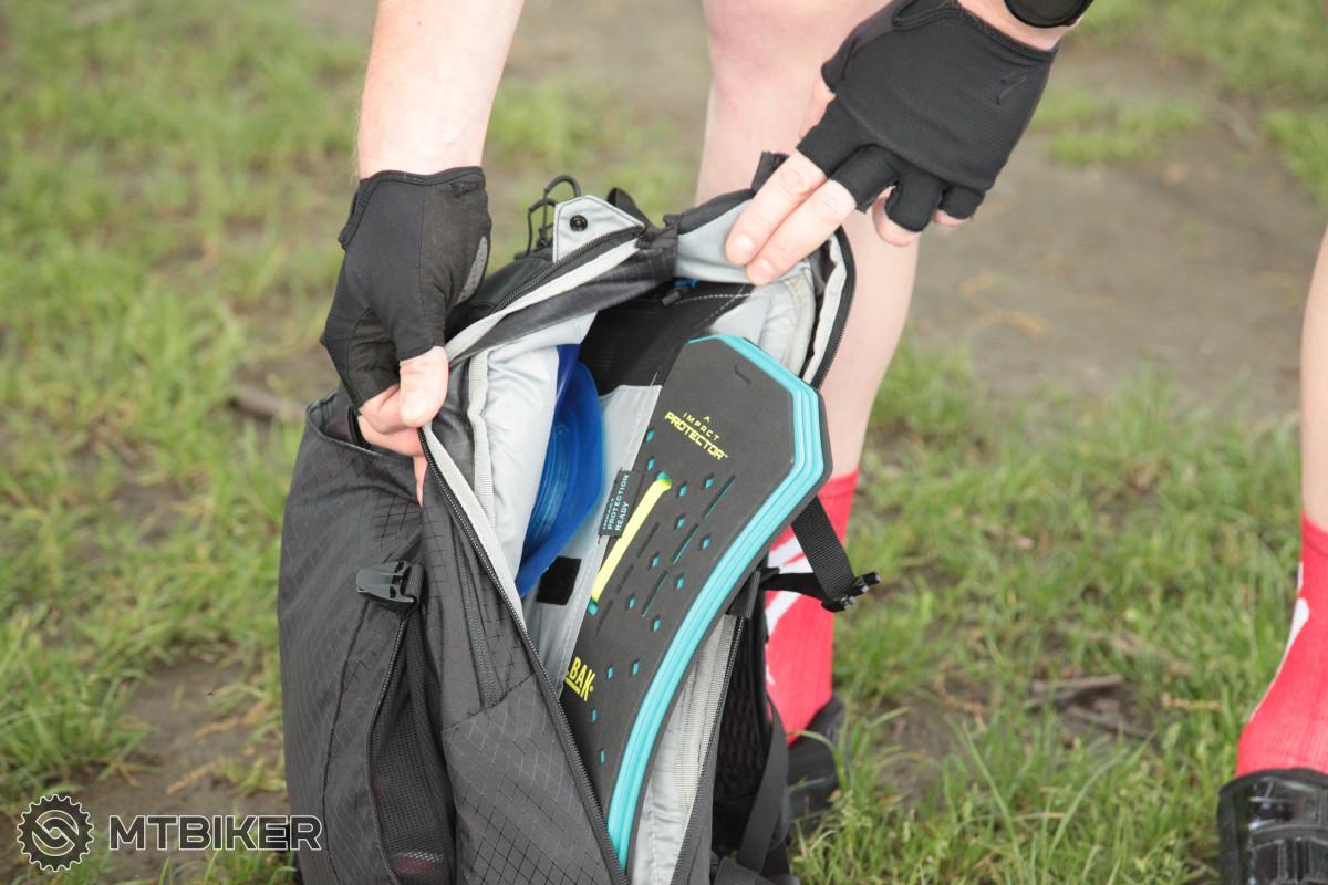 """uložení """"páteřáku"""", 12b - venkovní kapsa pro rychlé odložení bundy, rukavic, atp."""