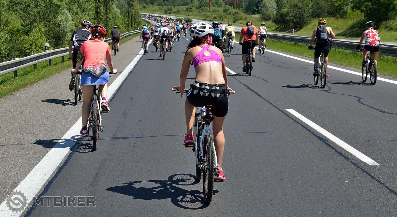 Cyklisti na diaľnici