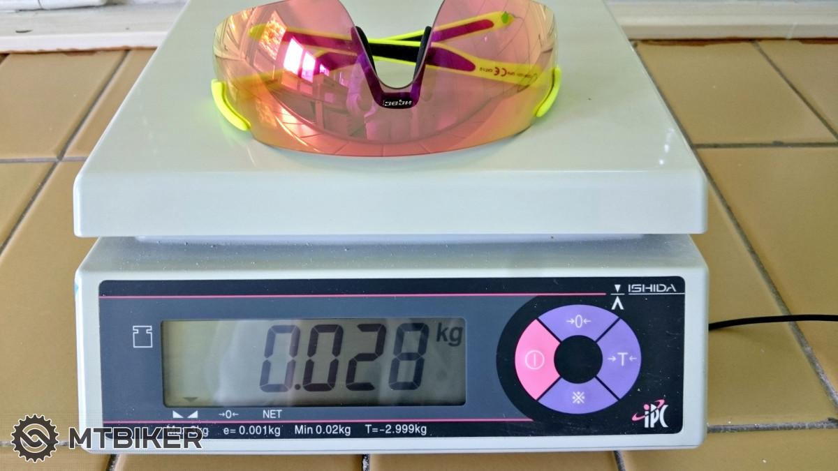c71af29a6 ... ktorý prepustí 18-45% slnečných lúčov do vášho oka. Šírka okuliarí činí  145 milimetrov a sklá majú na výšku 54 mm. Výrobcom udávaná hmotnosť je  27,2 g, ...