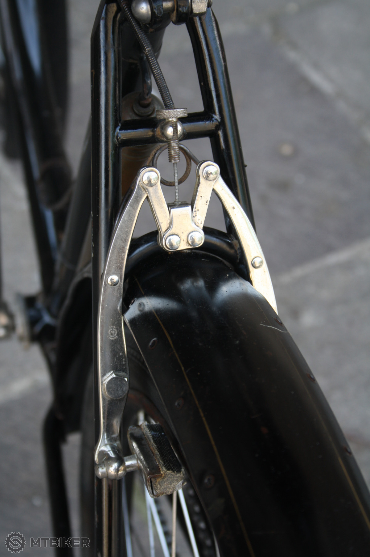 Zajímavý cantileverový mechanismus zadní brzdy