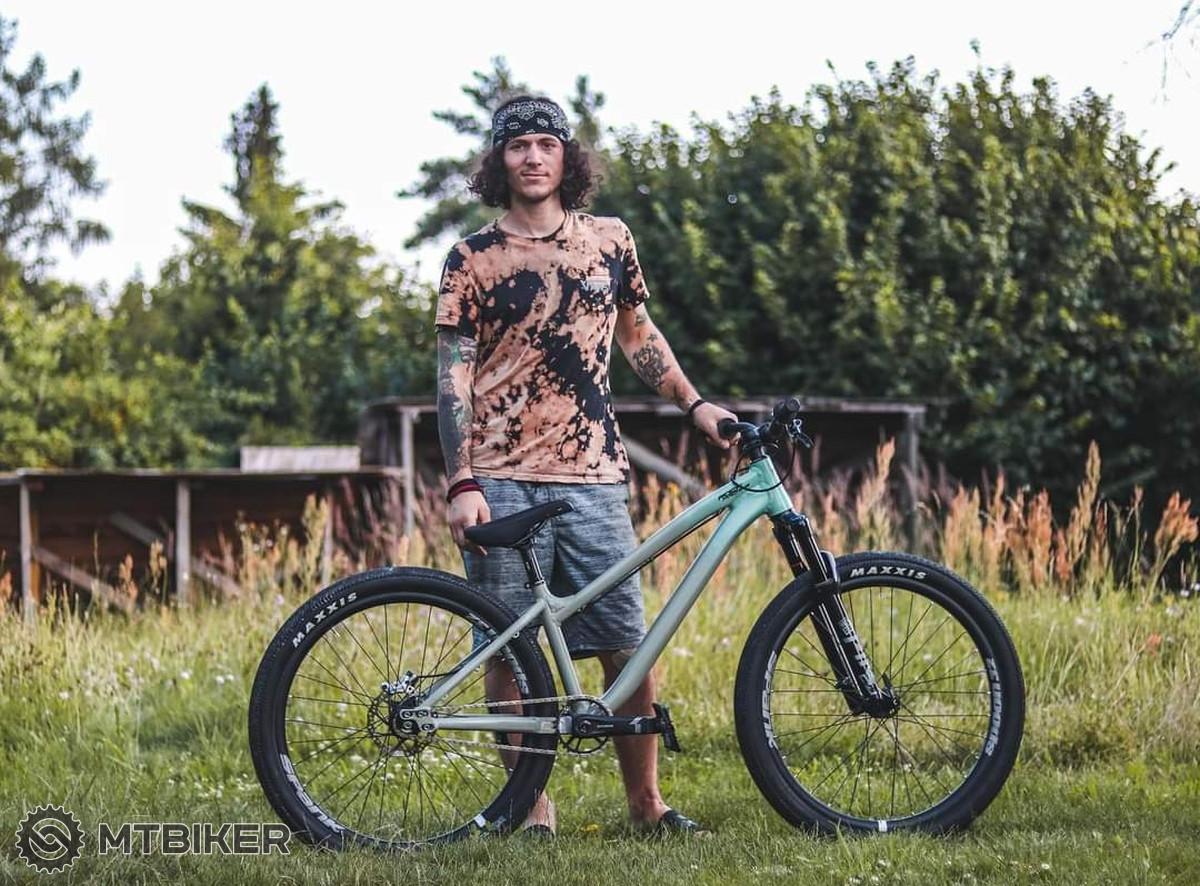 Ondra se svým prototypem dirtového kola od Rock Machine.