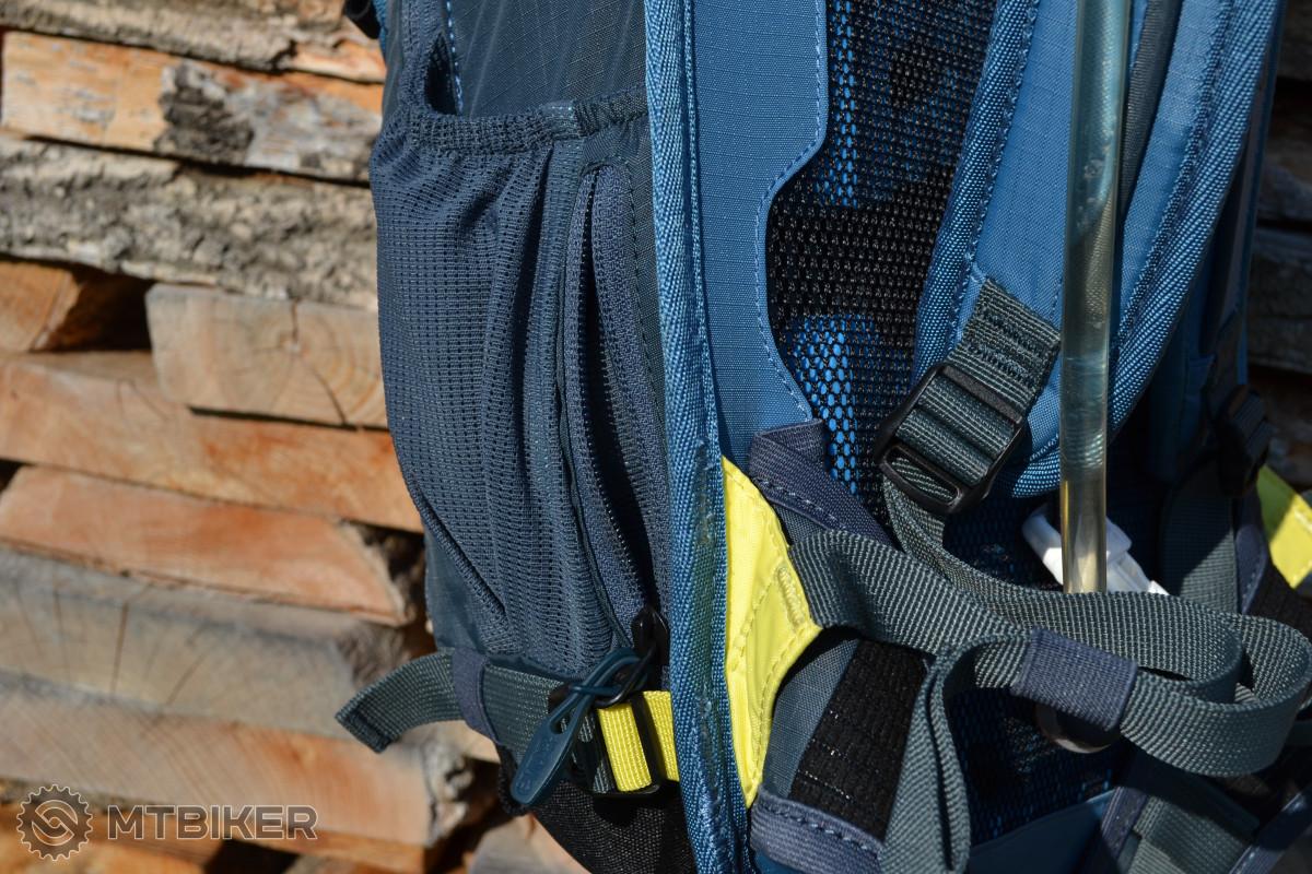 Malá kapsička na zip je pohodlně dostupná i při nasazeném batohu.