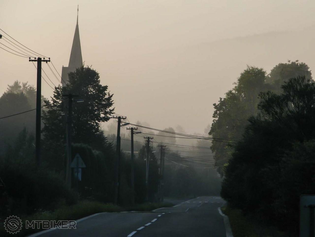 Slnko sa pretláča s hmlou aj v obci Vaľkovňa