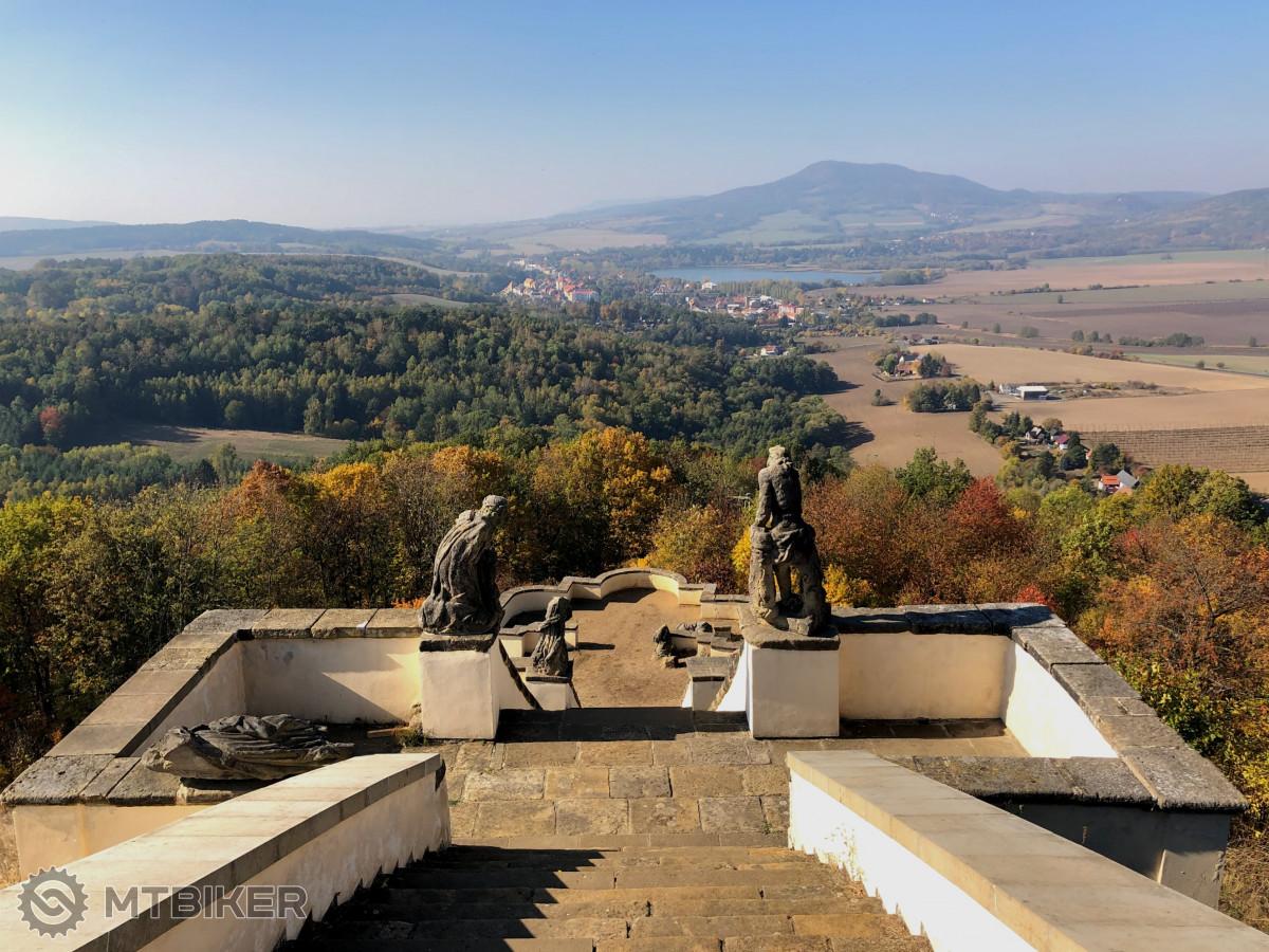 Výhled od kaple na vrchu Kalvárie u vsi Ostré - Úštěk a rybník Chmelař jako na dlani