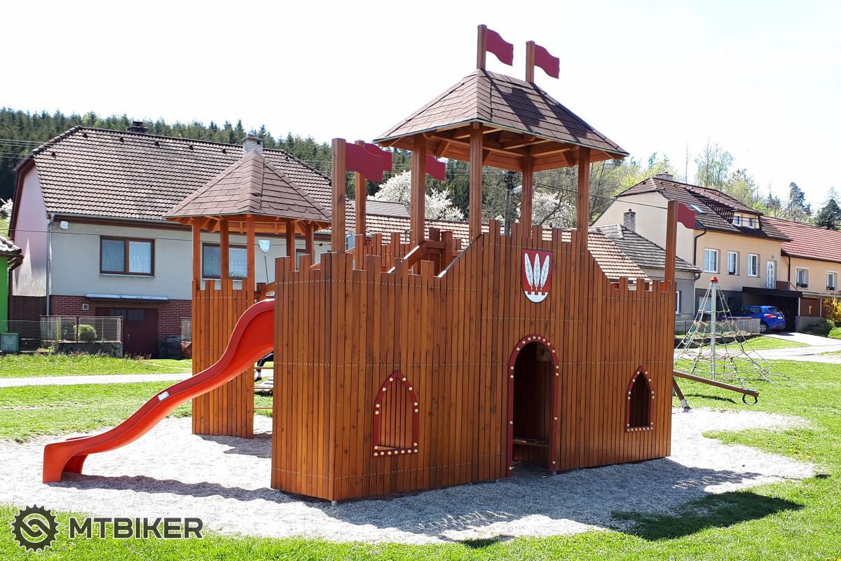 Centrum obce Pyšel, naproti staré tvrzi ze 14. století se nachází mino jiné i hezké dětské hřiště.