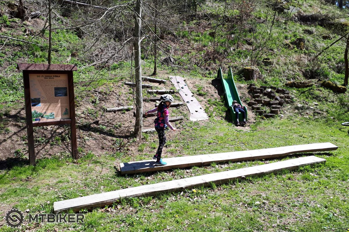 Stezka lesním údolím podél potoka Podkovák nabízí spoustu interaktivních prvků