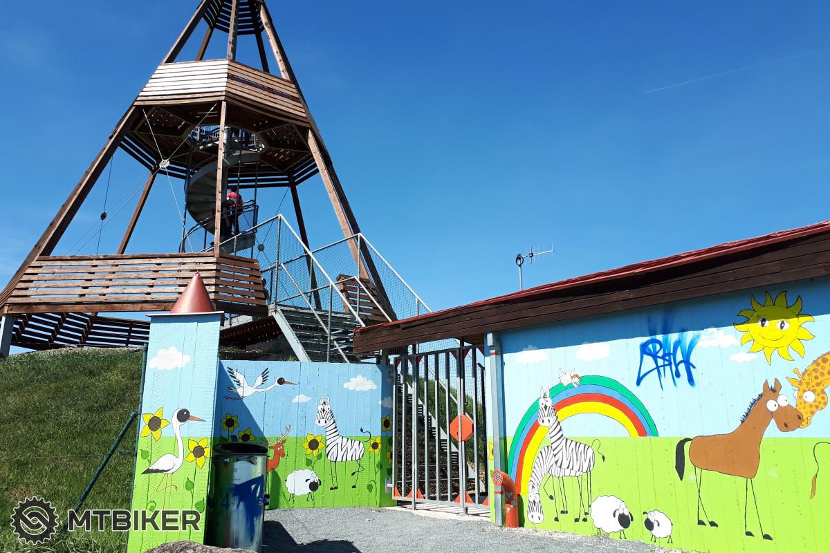 Rozhledna Ocmanice, 15 metrů vysoka, jehlanovitá rozhledna z roku 2004 nabízí krásný výhled do krajiny v okolí. Vstup zdarma.