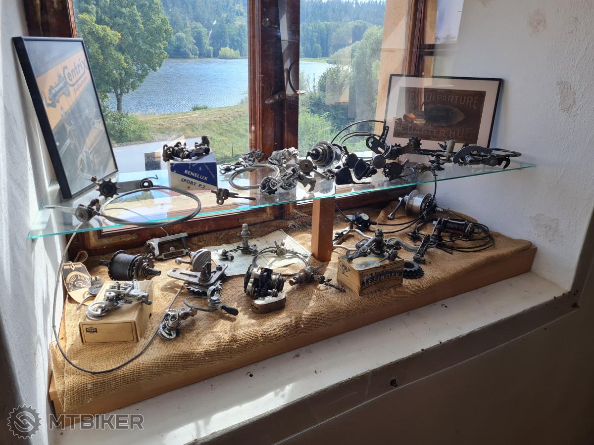 Jedna z vitrýnek, kde můžeme vidět komponenty a cyklodoplňky.