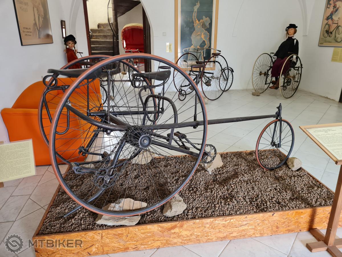 Jeden z vystavených tricyklů, který váží přes 50 kilogramů!