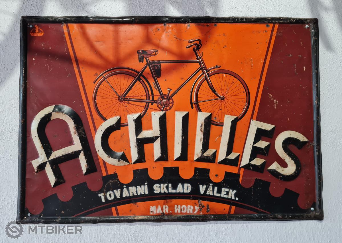 Plakát kol Achilles, který tu můžeme mezi stovkami dalších vidět.