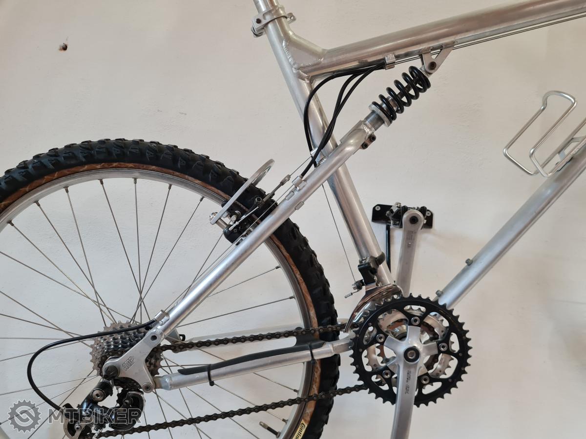 Záměrně zde není vyfocené celé kolo, jedná se o kolo od firmy AMP, která již kola nevyrábí, ale přinesla do světa cyklistiky patentované čtyřčepové zavěšení Horst Link.