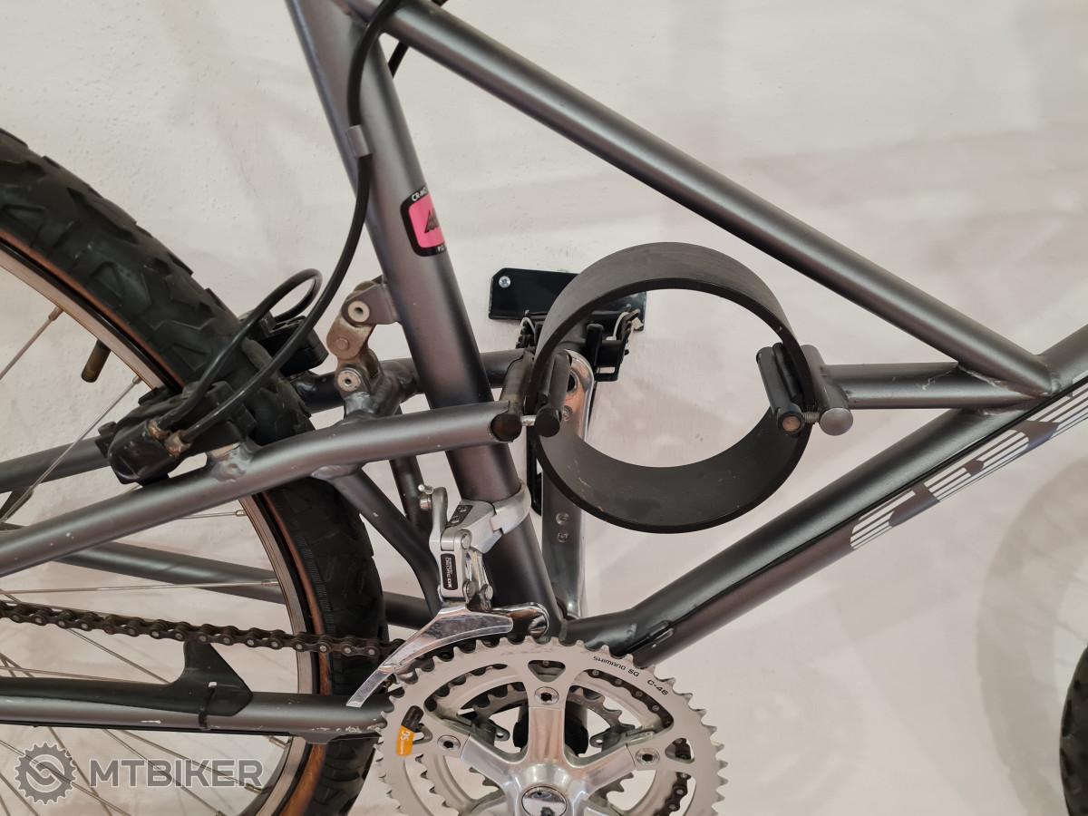 Zadní odpružení obstarává karbonový prstenec, na vidlici zase najdeme místo odskokové patrony jakousi listovou pružinu. Mimo jiné na kole také najdeme zadní hydraulickou brzdu.